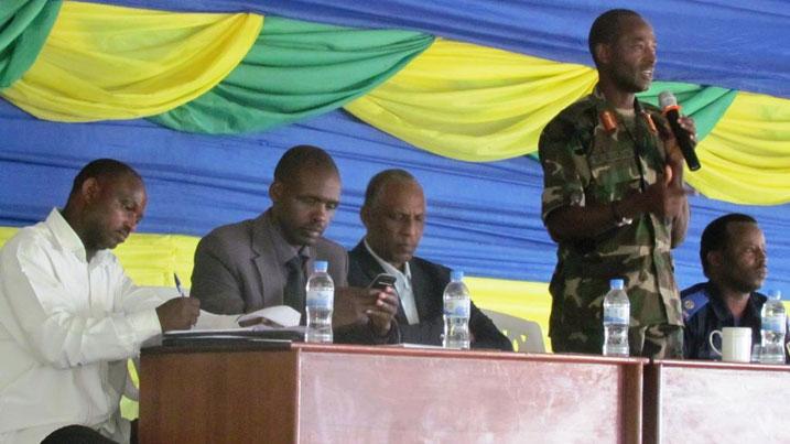 http://kigalitoday.com/IMG/jpg/Mu-kiganiro-yagiranye-n_abayobozi-ba-Rutsiro_-Gen--Mubarak-yasabye-abayobozi-gufasha-abaturage-bagifite-bene-iyo-myumvire-kuyihindura-na-bo-bagatera-imbere.jpg