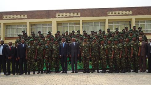 Perezida Paul Kagame, Minisitiri w'Ingabo, Umugaba Mukuru w'Ingabo hamwe n'abandi basirikare bakuru bitabiriye umuhango wo gutangiza ishuri rya RDF Senior Command and Staff College.