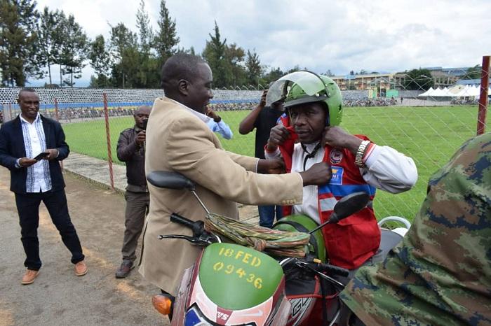Guverineri Gatabazi yambika umumotari umwambaro mushya