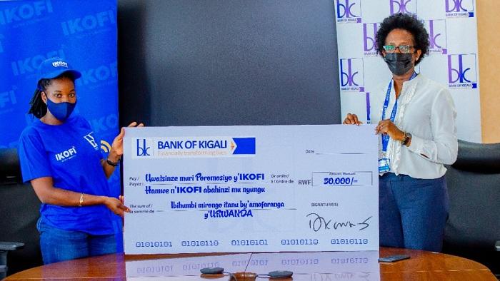 Umuyobozi Mukuru wa BK Plc, Dr Diane Karusisi ashyikiriza sheki umwe mu bahinzi bitabiriye gukoresha IKOFI