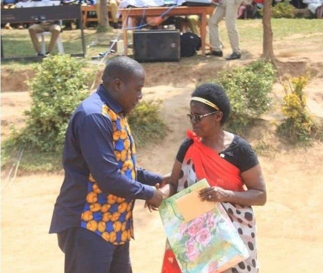 Gatabazi ashimira Mukandamage Madeleine wamwigishije mu mwaka wa gatanu (ifito yo mu bubiko)
