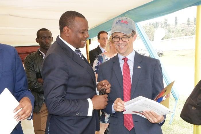 Minisitiri Munyankazi na Amb Peter Vrooman