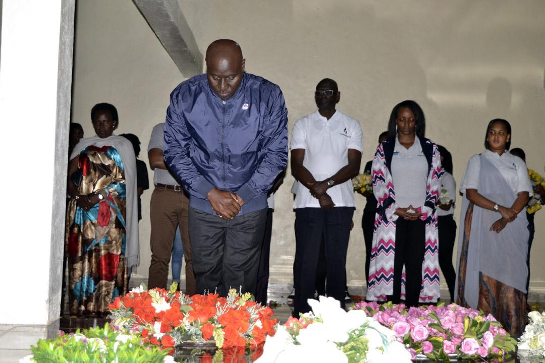 Guverineri Gasana yunamiye abashyinguye mu rwibutso rwa Nyanza