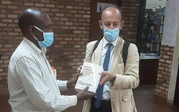 Duclert yasigiye isomero rya Kaminuza igitabo gikubiyemo raporo y