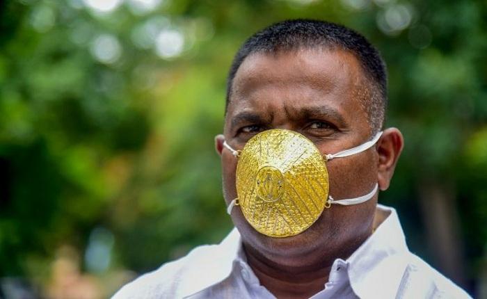Umunyemari Shankar Kurhade yambara agapfukamunwa gakoze muri zahabu (Ifoto: AFP)