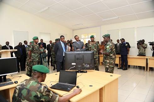 Kagame asobanurirwa ikoranabuhanga rikoreshwa muri RDF Senior Command and Staff College.