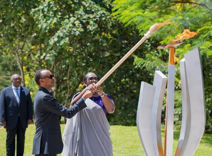 Perezida Kagame na Madamu Jeannette Kagame ubwo bunamiraga Abatutsi bashyinguye mu rwibutso rwa Jenoside rwa Kigali, banacana urumuri rutazima mu rwego rwo gutangiza Icyumweru cyo Kwibuka ku nshuro ya 26 Jenoside yakorewe Abatutsi