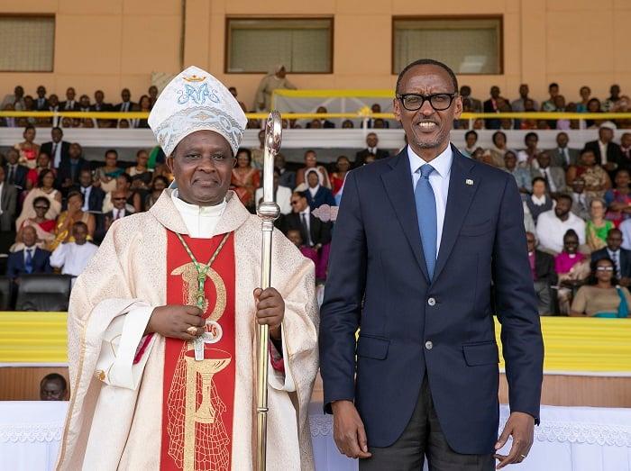 Perezida Kagame aha yari yitabiriye umuhango wo kwimika Musenyeri Antoine Kambanda wari wagizwe Arkiyepiskopi wa Kigali (ifoto yo mu bubiko)