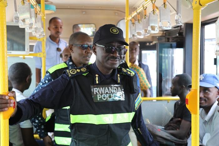 Umuvugizi wa Polisi CP John Bosco Kabera yasabye abagenzi kudahishira abashoferi bakoresha telefoni batwaye ibinyabiziga