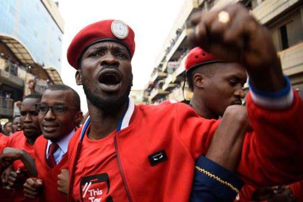 Umunyamuziki Robert Kyagulanyi uzwi nka Bobi Wine ni umwe mu batavuga rumwe n'ubutegetsi bwa Uganda uri kuvugwa muri iyi minsi