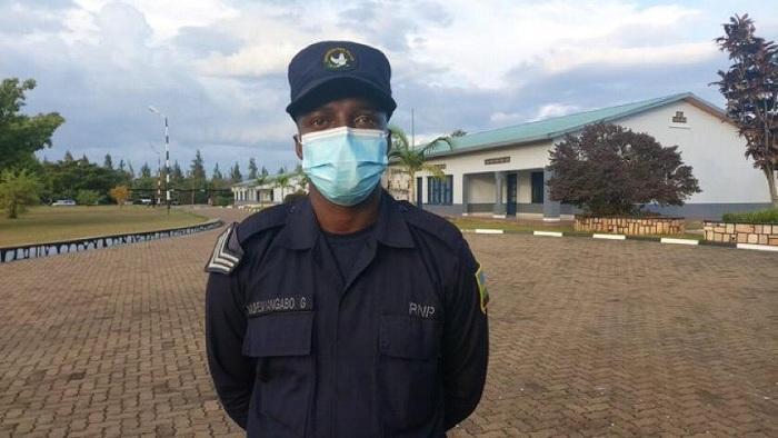 Uyu mupolisi witwa Sgt Muremyangabo God ni we watoye aya mafaranga