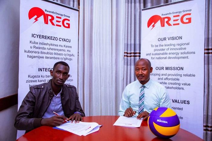 Sibomana Jean Paul (ibumoso) asinyana amasezerano na REG VC yari ihagarariwe na Perezida wayo Geoffrey Zawafi
