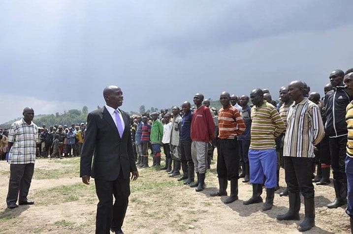 Umuyobozi wa FDLR Gen Maj Rumuri aganiriza abarwayi bashyize intwaro hasi mbere yo kujyanwa i Kanyabayonga.