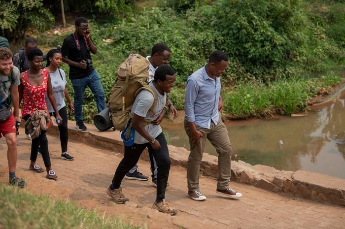 Hypolite (uhetse igikapu) hamwe n'umuhanzi Ben Nganji wamufashije kugenda agace gasoza urugendo rwe kavuye ku Ruyenzi kakagera ku rwibutso rwa Jenoside rwa Kigali